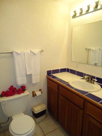 Exotic Caye Beach Resort: Bathroom