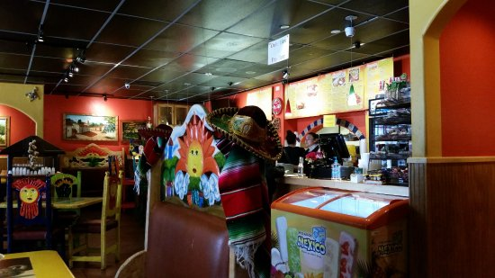 Taqueria El Nopal: Counter to order with the menu and and small bar to the left