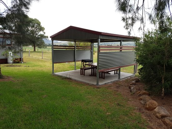 Killarney View Cabins and Caravan Park: Small camp kitchen with BBQ and seating.