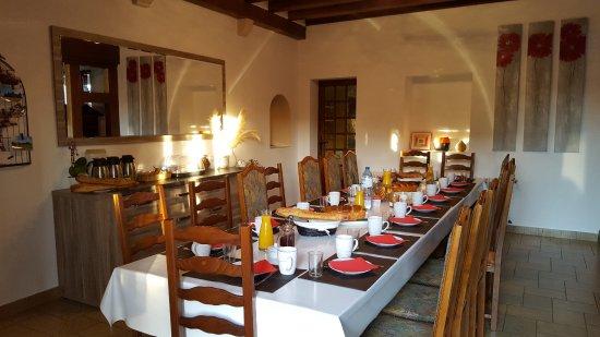 Sambin, France: Petit déjeuner maison varié