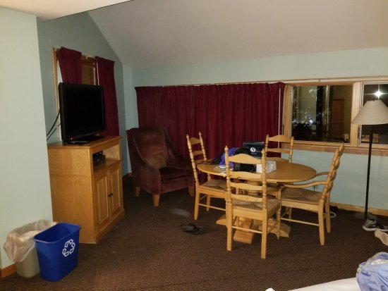 Carrabassett Valley, ME: Dining area with TV