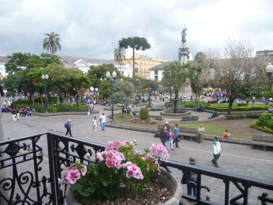 Hotel Reina Isabel: Plaza de la Independencia - Ecuador. Foto: Rodolfo Reyes - Peruvian Mountains Treks and Climbs P