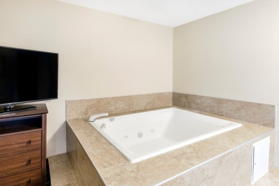 Grandville, MI: King Suite with Jacuzzi