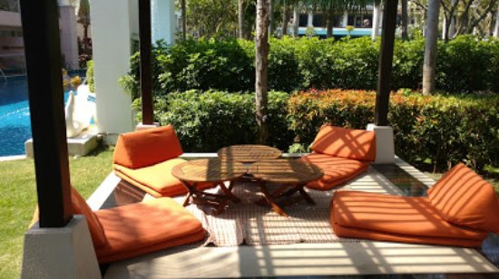 Sheraton Hua Hin Resort & Spa: Relaxing area surrounded by running pool