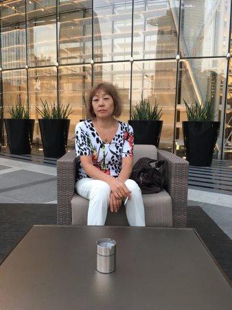 Armani Hotel Dubai : Давай покурим( курительное место на входе).