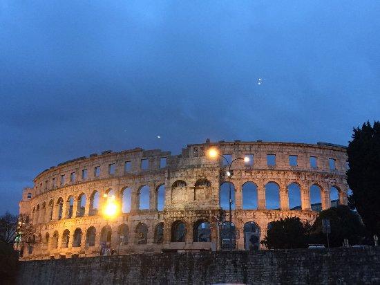 Amphithéâtre de Pula : Split_anfiteatro_noche_large.jpg