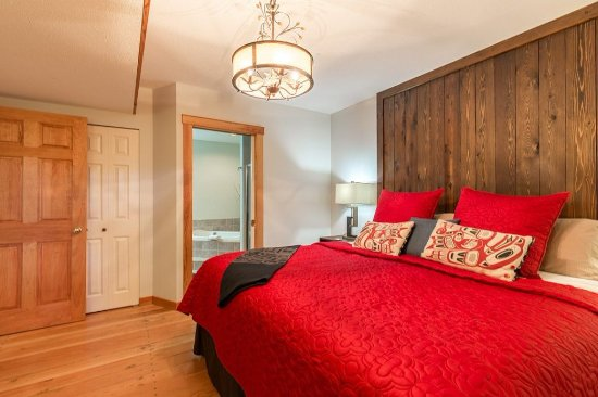 Sechelt, Canada: Luxury Suite King Bed