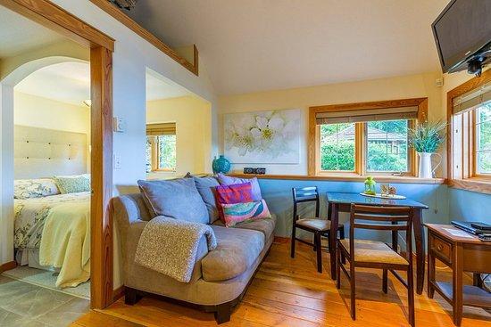 Sechelt, Καναδάς: Studio Cabin Living/Dining Area