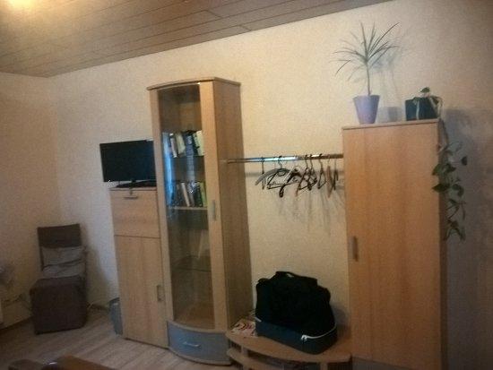 Kleiderschrank und Fernseher gegenüber vom Bett - Picture of ...