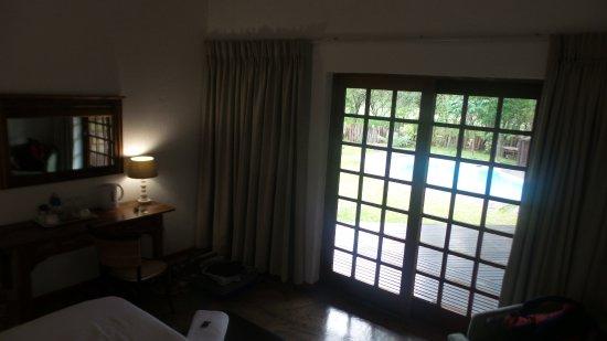 Marloth Park, Sydafrika: quartos com porta de vidro de frente para essa varanda