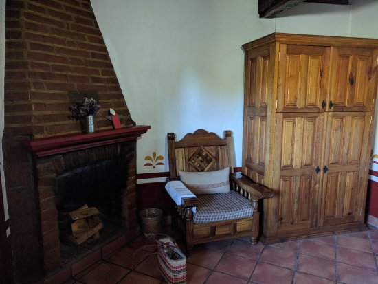 Hotel Huerta Real: fireplace and TV/clothes closet