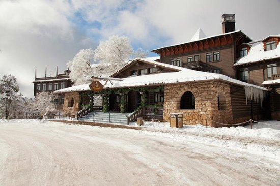 El Tovar Hotel: It was snowing when we were there