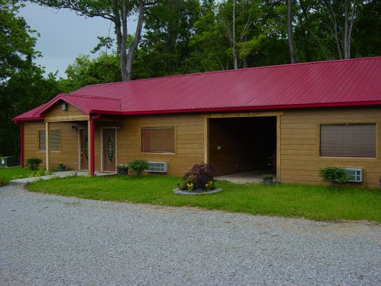 Cobden, IL: Cabins 2 and 3 showing the breezeway where there is an outfoor jacuzzi