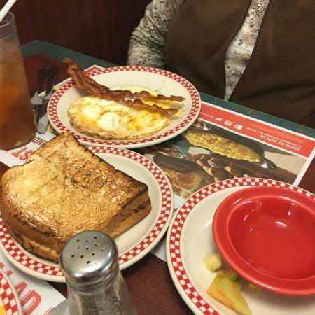 Cedar Springs, MI: Bacon, eggs and toast