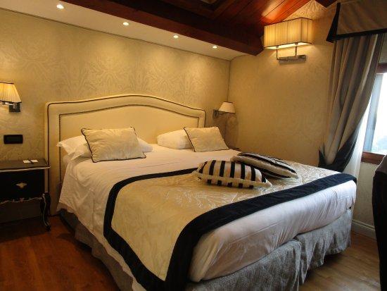 Bedroom Had Sky Light And Beautiful Wood Ceilings Bild