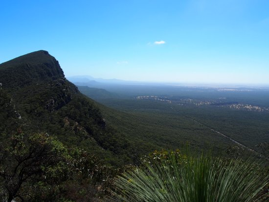 Dunkeld, Australien: you'd be around 40% of the way up - view of signal peak and northern grampians