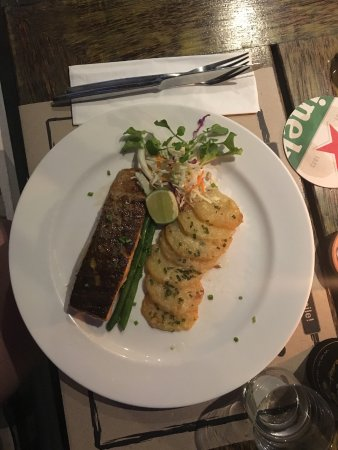 Meads Beach Bar & Grill: Salmon