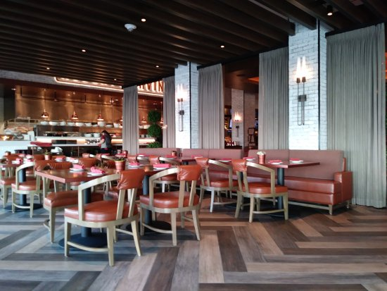 Robert Irvine's Public House: Lots of dining space!