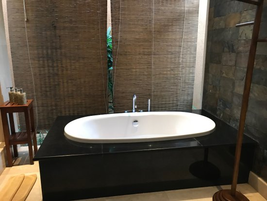 The Kunja Villas & Spa: Bathtub in Second Bedroom