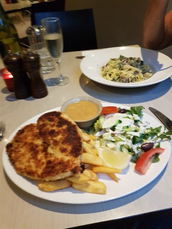 Rosco's at Chevron Cafe Bar: Schnitzel and chicken pesto pasta