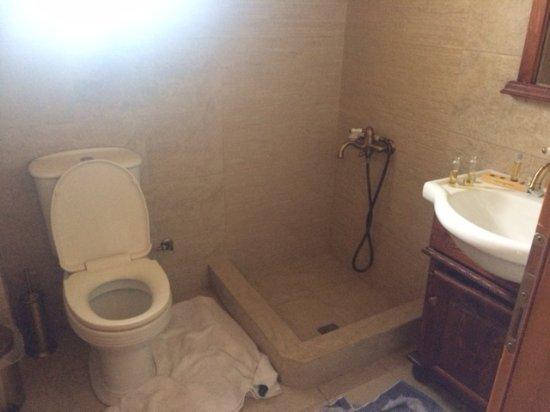 Mystras, Grækenland: Salle de bain de la junior suite pour 4