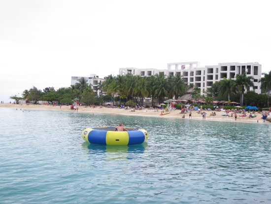 Doctor's Cave Beach: beach with tyre in water