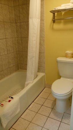 salle de bain classique - picture of howard johnson norco, norco ... - Salle De Bain Classique
