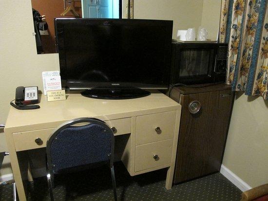 Budget Inn & Suites Ridgecest: Bureau en fer et vieux frigo, retour dans les seventies !