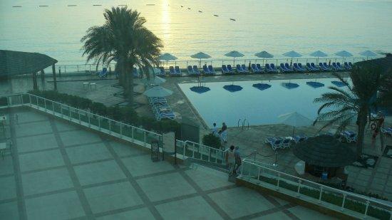 Khorfakkan, Förenade Arabemiraten: schon bei Sonnenaufgang sind die Liegenreservierer aktiv