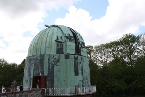Herstmonceux, UK: Outside of the main dome, when display of how it works is on, the dome will turn and open up.