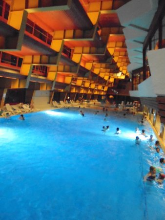 Leukerbad Therme: piscina grande interior