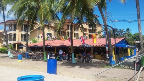 Clarita's Beach Bar & Sports Grill: Cool place for football !!