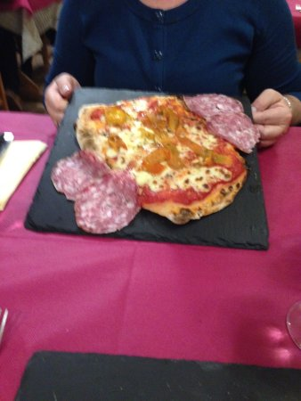 Charvensod, Italy: Pinsa pepperoni ( red and yellow peppers)