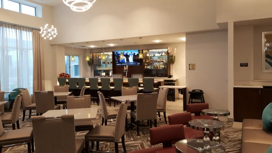 Center Valley, PA: Homewood Suites breakfast seating area (including evening bar)