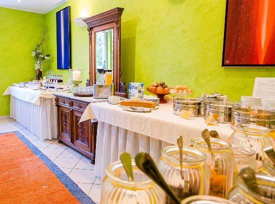Drobollach am Faakersee, Austria: unser Frühstücksbuffet mit vielen regionalen Spezialitäten