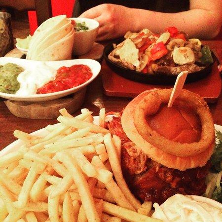 The Lone Star Cafe Bar: HillyBilly Burger and mixes fajitas