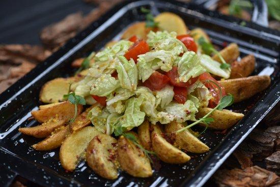 Vegano Hooligano Odessa: Картофельные дольки с томатами черри под горчичным соусом