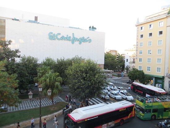 Hotel Derby Sevilla: The taxi stand, bus stop, Corte Ingles and Plaza outside the hotel.