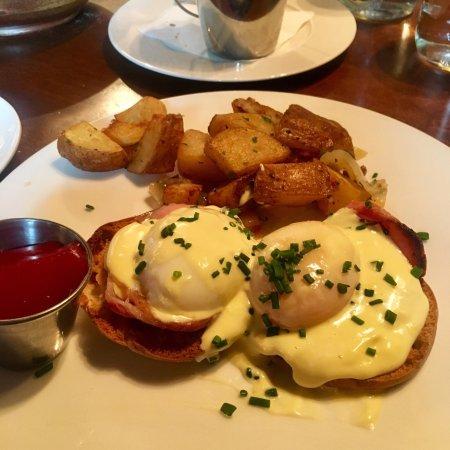 Wayne, Pensilvanya: Eggs Benedict (Lancaster Smoked Ham)