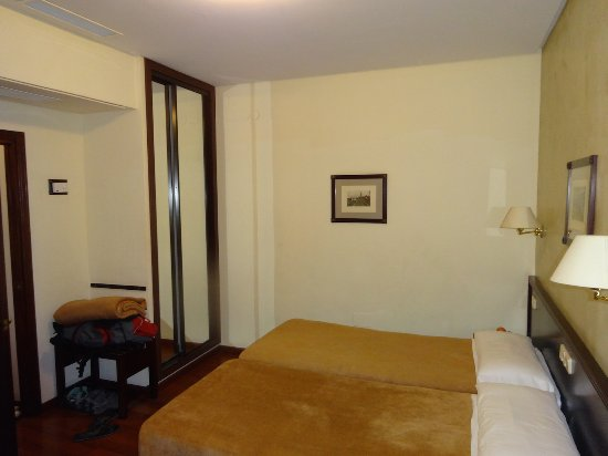 Hotel Derby Sevilla: Large room, cupboard wiht a safe
