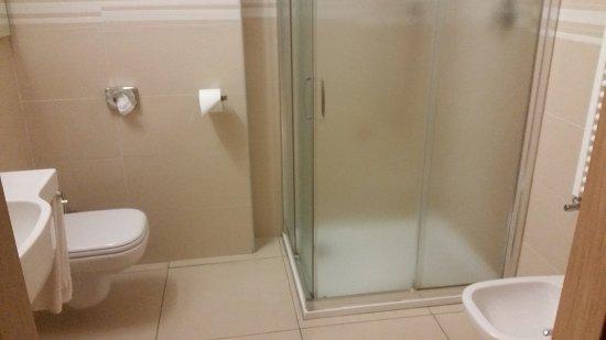Granozzo con Monticello, Italien: Lo spazioso e pulitissimo bagno