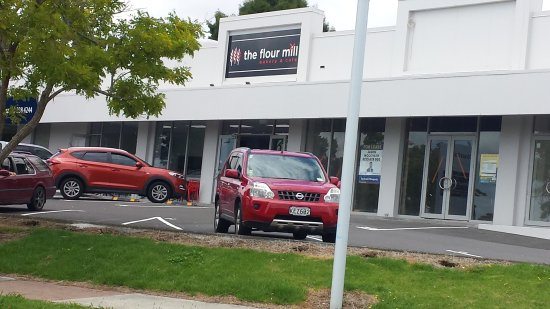 Pukekohe, New Zealand: Car park and entrance to the flour mill cafe and bakery