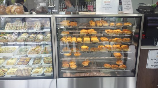 Pukekohe, نيوزيلندا: Pastry cabinet - great selection