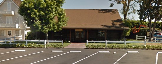 """Anaheim, Californien: The Brown building is the office/area you check-in. The White building is the """"doll house"""""""