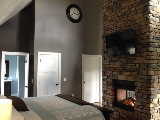 Dundee, Огайо: The master bedroom at the Skyview Cottage! Double sided fireplace!