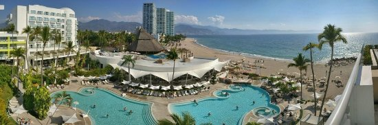 Hilton Puerto Vallarta Resort : Beautiful views from the upper lounge/bar area above the pool at the Hilton Puerto Vallarta!
