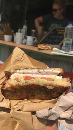 Stranorlar, Irland: turkey melt with tomatoes, pesto, and cheese