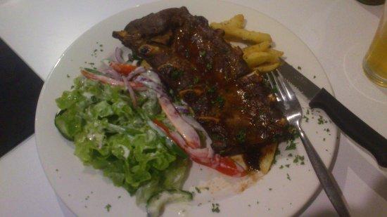 Dalby, Avustralya: Pork ribs & salad. Lots to like.