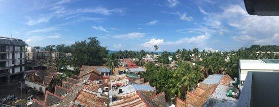 Grand Boracay Resort : 리모델일 하고 있는 최상층에서 화이트 비치를 찍은 사진 50M 거리에 있는 위치 좋죠.