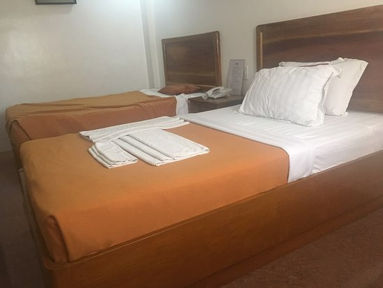 Grand Boracay Resort : 객실내부 나혼자 사용해서 끝쪽 침대 사용 번갈아 가면서 잠 객실청소도 잘해줌...